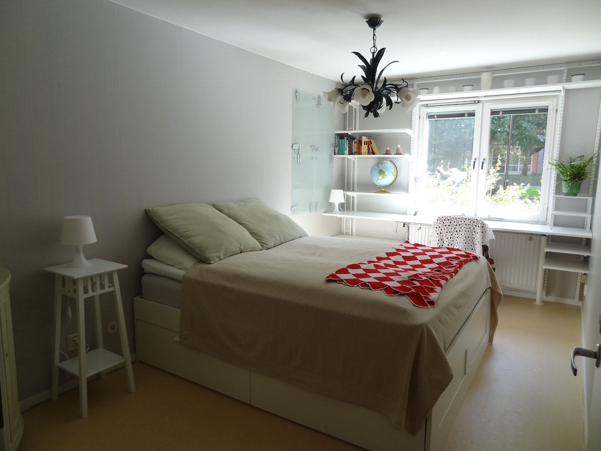 The bedroom has a double bed size 160x200 cm and a wall-to-wall desk with a view of the green patio