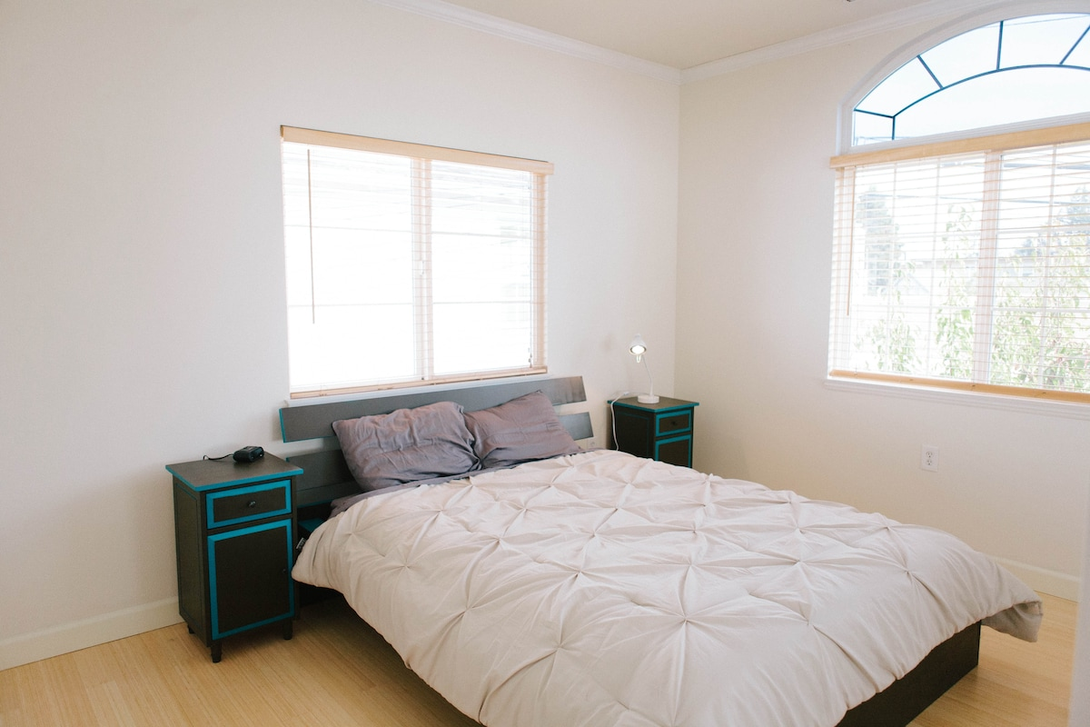 Guest bedroom (NEW includes a desk!)