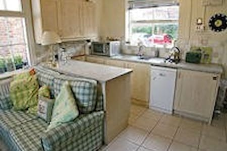 two bed(tucked away) in  central Thirsk mews house - Apartment