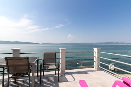 Seafront, top floor, near Split - Apartmen