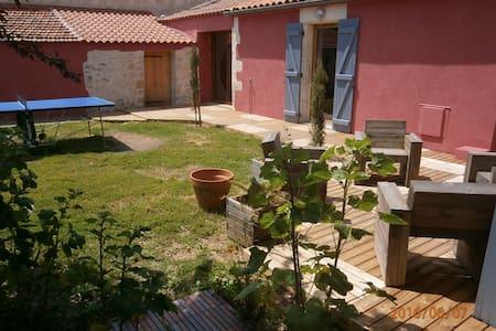 maison avec jardin ,  proche centre bourg, plages. - House