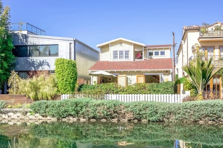 The HenHouse Beach Bungalow on the Venice Canals - Rumah