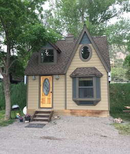 Charming Tiny Home with Loft & View - Bungaló