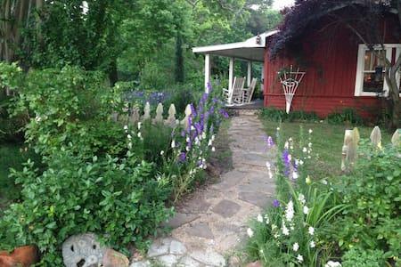 Romantic Farmhouse Retreat - Ház