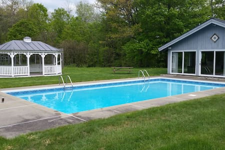 23 Acre Estate w/Pool & Tennis 2 mi from Dartmouth - Huis