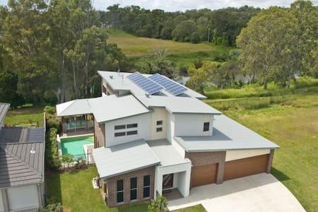 River Frontage Luxury Family Home on Golf Course - House