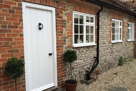 Countryside Cottage at the foot of the South Downs - Annat