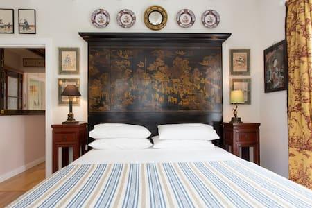 "PUHOI HOUSE  ""Shanghai Queen Room"" - Bed & Breakfast"