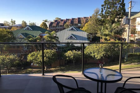 Beautiful mountain view apartment - Indooroopilly - Lejlighed