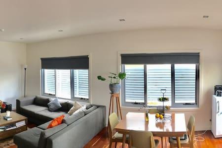 Sunny Seddon 1 bedroom 'penthouse' - Seddon - Apartment