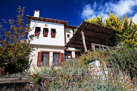 A COSY TRADITIONAL HOUSE. SLEEPS 6 - Vila