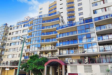 Two double bedroom apartment, en suite, large balcony, barbecue, Foxtel, Free WiFi, hosting living room area, kitchen stove/oven, shared pool/gym/sauna/squash court, short walk to Bondi/Bronte/Tamarama Beaches, Westfield shops, Bondi Junction Station