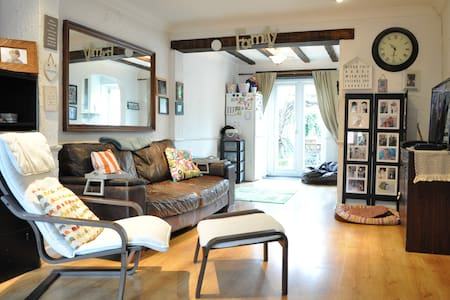 Lovely Spacious 3 Bed 2 Bath House in Hersham - Hersham - House
