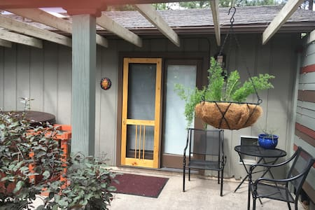 Downtown Pinecrest Studio and Spa - Flagstaff - House