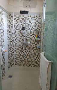 Master Bedroom jacuzzi an shower - Medan - Casa