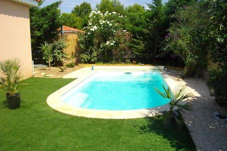 Charmante vlla privée avec piscine - Huvila