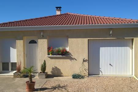 Maison récente 2 ch. proche des parcs d'Auvergne - Huis