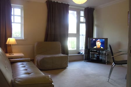2bed2bath flat easy 4 Central London free parking - Esher