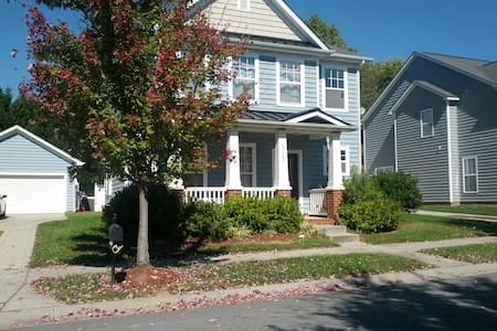 Charming room to rent in beautiful Lake Norman area/Charlotte, NC! The home offers 3 bedrooms to choose from, a Jack and Jill bathroom, and a spacious loft area with comfortable seating! Great location--close to Uptown,shopping,dining, and LKN!