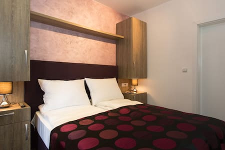 ESHE Boutique Hotel-Private room+bathroom-Old town - Szoba reggelivel