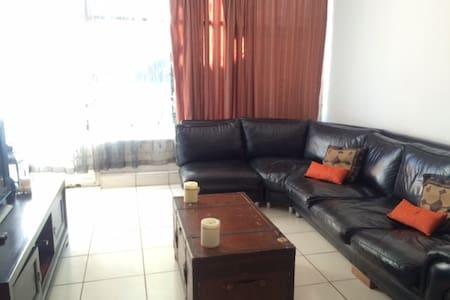 Quiet, central, spacious Duplex - Johannesburg - Bed & Breakfast