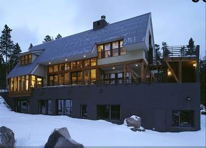 Ski-in and Ski-out at this Modern Chalet - Almhütte