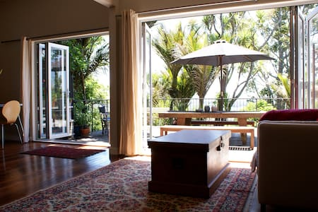Secluded Treetop Studio - Waimauku - Bed & Breakfast