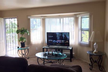 Queen room; simple, quiet & clean. - Apartamento