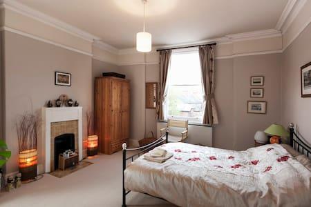Spacious period dbl ensuite room & private lounge - Nottingham