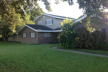 Comfy, Quiet, Convenient Double w/ Pool & Privacy - Weslaco - House