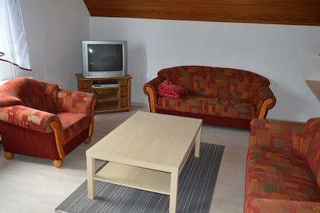 Schöne großzügige Ferienwohnung - Lägenhet