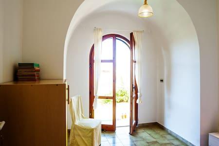 Camera singola a 10 m dal mare con giardino - Apartment