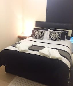 Private room in a modern flat in Aldgate East - London