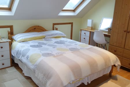 Light airy double bedroom, residential suburb - Plymouth - Casa
