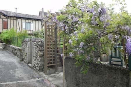 Maison 4 personnes au cœur d'une cité médiévale - Issigeac - Casa