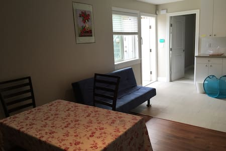 温哥华西区新豪宅半地下室标准二居。阳光通风俱佳!可自己做饭 - Vancouver - House