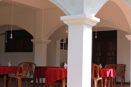 Avon Hikkaduwa Guest House - Bed & Breakfast