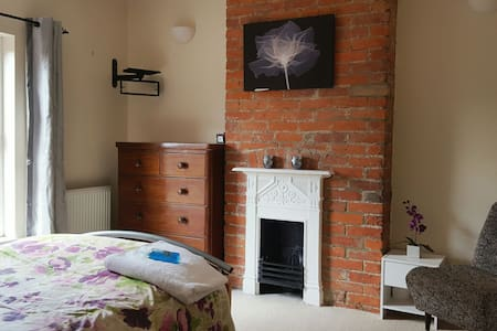 BRIGHT RM YEOVIL CLOSE TO TOWN CTR - Bed & Breakfast