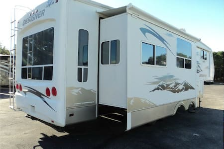 Private, spacious RV.  34 Ft with 4 slides.  Pool. - Lake Havasu City - Campingvogn