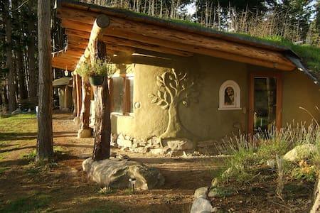 Picturesque and unique cob home on organic farm - Mayne Island - Maison écologique