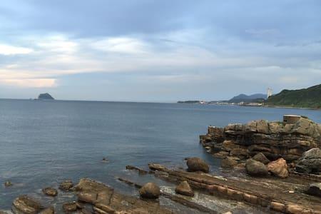 到萬里海邊走路3分鐘到台北市區40分。如果你喜歡海邊.這裡是最佳選擇。 - Bungaló