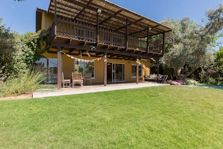 Arsuf home with huge garden & pool - Ház