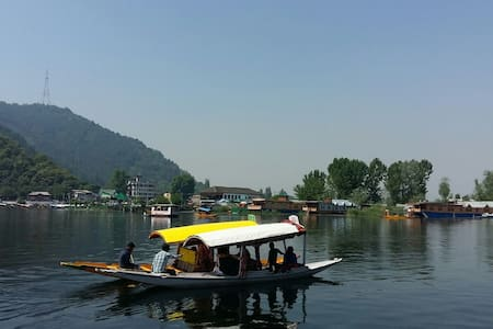 Small room for two on Dal lake 1 - Hut