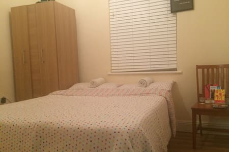 Double bedroom next to Phoenix park - Ballyfermot - Hus