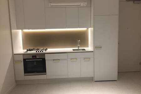 Modern flat share close to UWS - Parramatta - Apartment