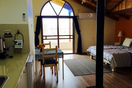 Off the Square Guesthouse 2 - Safed - Bed & Breakfast