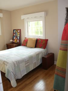"""""""Cottage"""" in the City Vibe-PRIVATE ROOM - Kingston - House"""