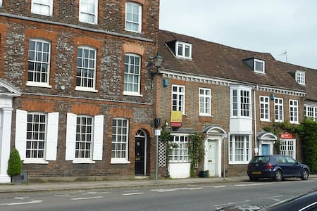 Double bedroom in Henley town centre - Townhouse