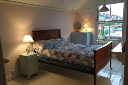 Large double bedroom, Northampton - House