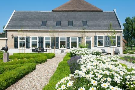 Monumentale boerderij - Polderkamer - Strijen - Bed & Breakfast